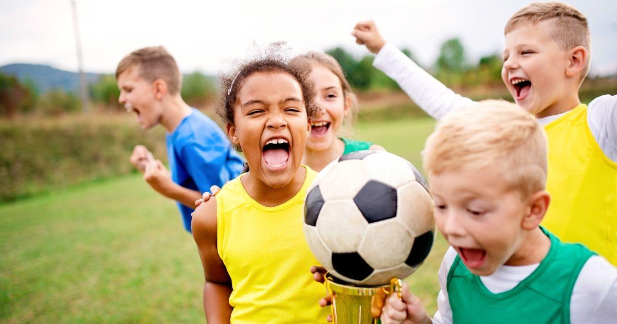 Безплатни страници за оцветяване на футбол Вашето дете ще получи истински удар