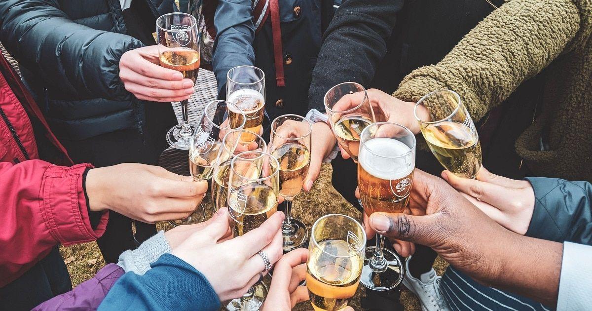 143 verlockende Wahrheits- oder Trinkfragen, die sicher den Topf umrühren